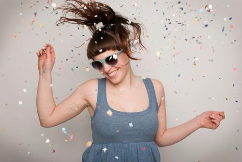 I feel like dancing Freude Glück Party Feste & Feiern Tanzen Karneval Silvester u. Neujahr Geburtstag Mensch Frau Erwachsene Sonnenbrille Bewegung Lächeln
