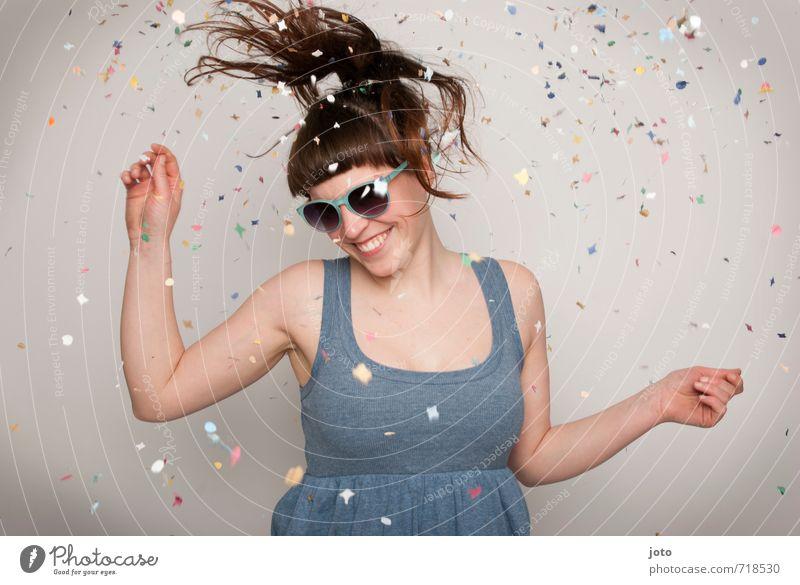 I feel like dancing Mensch Frau Freude Erwachsene Bewegung Glück lachen Feste & Feiern Party wild Zufriedenheit Geburtstag frei Tanzen verrückt Fröhlichkeit