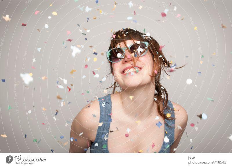 konfettiregen Jugendliche Junge Frau Freude feminin Glück lachen Feste & Feiern Party Geburtstag frei Tanzen verrückt Fröhlichkeit Lächeln Lebensfreude Coolness