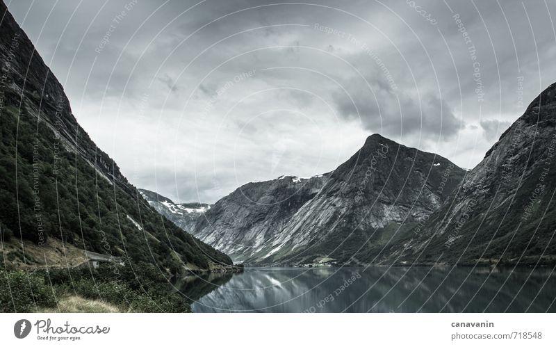 Düsteres Norwegen Natur Landschaft Wasser Himmel Wolken Sommer schlechtes Wetter Sträucher Hügel Felsen Gipfel Küste Fjord Nordsee See Europa Menschenleer