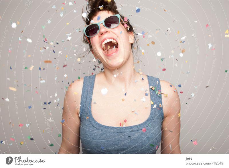 All I want is celebrate! Mensch Frau Freude Erwachsene Bewegung Glück lachen Feste & Feiern Party wild Zufriedenheit Geburtstag frei Tanzen verrückt