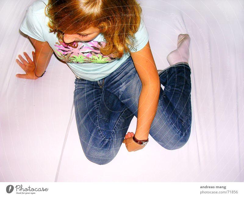 Just chilling around Hand Einsamkeit Haare & Frisuren Arme warten sitzen T-Shirt Jeanshose Bett Hose
