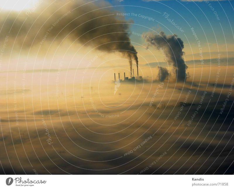Schornsteine im Nebel Rauch Luftverschmutzung Wolken Kohlekraftwerk Umweltverschmutzung Stromkraftwerke frühdunst dreckig obelic Kosovo Smog Klimawandel