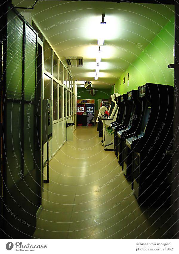 Freizeitbeschäftigung weiß grün schwarz Lampe kalt Spielen Linie hell Stimmung leer Freizeit & Hobby lang Spanien schmal steril