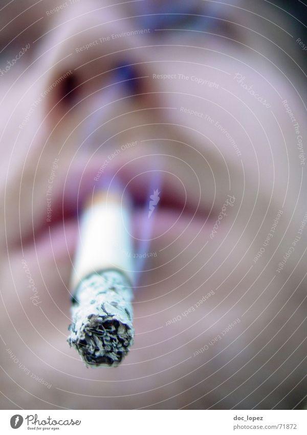 Jo raucht. Mann Gesicht Denken Nase Eisenbahn Perspektive Rauchen Rauch Zigarette Schornstein Teer glühen Brandasche Glut Fichte Aschenbecher