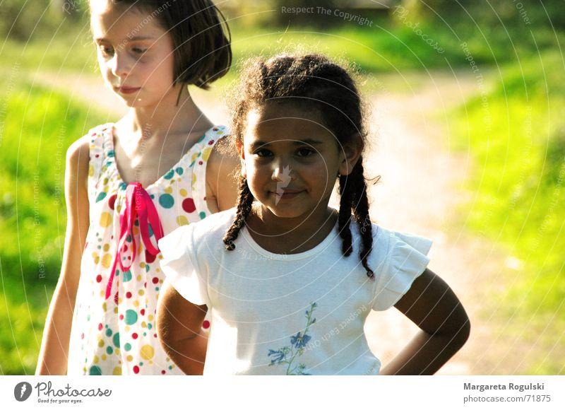 Kinder Mädchen Wiese Feld Afrikaner mehrfarbig Lebensfreude