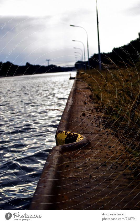 Ufer Wasser Himmel Meer blau Wolken gelb Lampe Gras See Küste Steg Am Rand