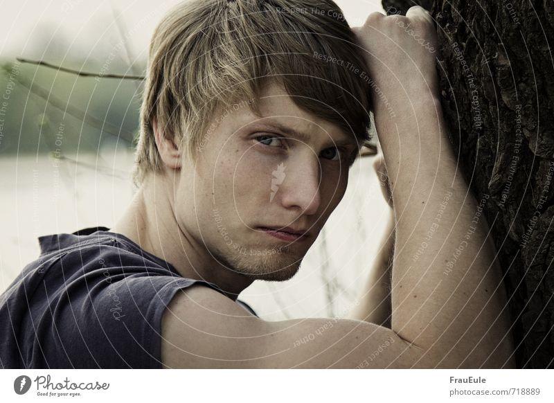 . maskulin Junger Mann Jugendliche 1 Mensch 18-30 Jahre Erwachsene Natur Baum T-Shirt blond kurzhaarig selbstbewußt Coolness Farbfoto Gedeckte Farben