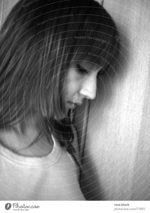 Depressed feminin Junge Frau Jugendliche 1 Mensch T-Shirt Stoff brünett langhaarig Pony Denken Traurigkeit grau schwarz weiß Gefühle Trauer Schmerz Einsamkeit