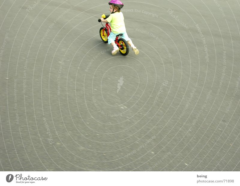 entfalten Kind Freude Spielen Freiheit Bewegung Fahrrad Freizeit & Hobby Platz frei Rad Reifen Helm Schwung Tretroller Fahrradlenker Kinderfahrrad