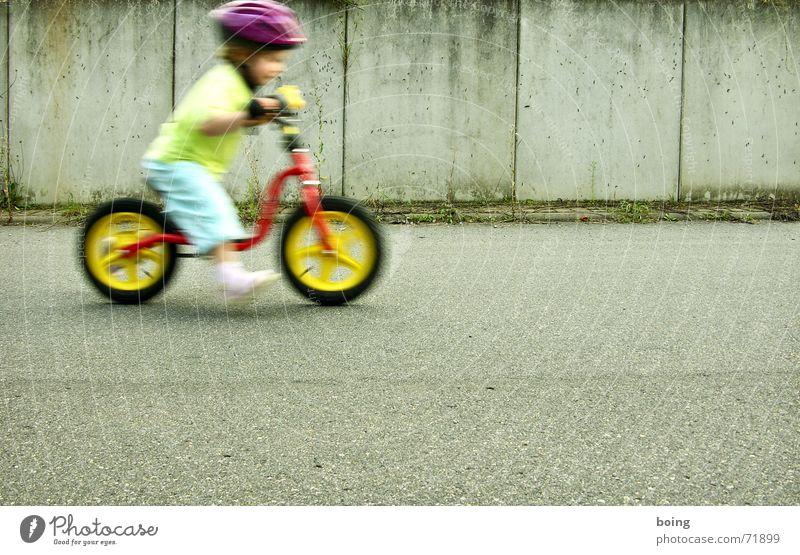 erfahren Tretroller Kind Bewegung Freizeit & Hobby frei Freiheit Fahrradlenker Lenker Helm Rad Reifen Mauer Schnecke Geschwindigkeit Fahrradhelm Sicherheit
