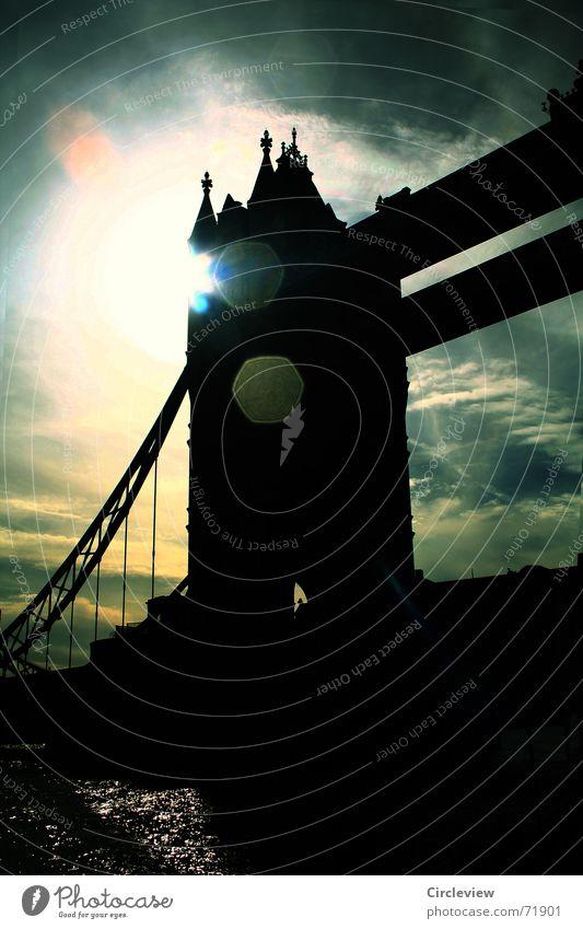 schwarz vor Augen Gegenlicht dunkel Wolken Sonnenlicht Stimmung grauenvoll England London Großbritannien Tourismus Blendeneffekt Tower Bridge Himmel Brücke