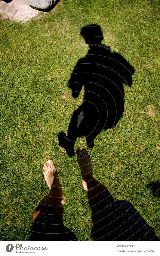 shadow jump springen grün Gras Luft Fotograf dünn Mann Sommer Schwerelosigkeit Shorts Schatten feet Fuß camera kemara man thin joy Freude Garten low gravity Air
