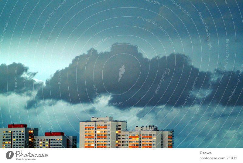 Lichtenberg IV Himmel Haus Wolken Berlin Fenster Gebäude Hochhaus Fassade Häusliches Leben DDR Abenddämmerung Raster Plattenbau