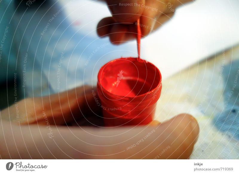 Marienkäferfarbe Freude Freizeit & Hobby Spielen malen Kindererziehung Bildung Kindheit Leben Hand 1 Mensch Farbtopf Farbstoff rot Gefühle Idee Kreativität