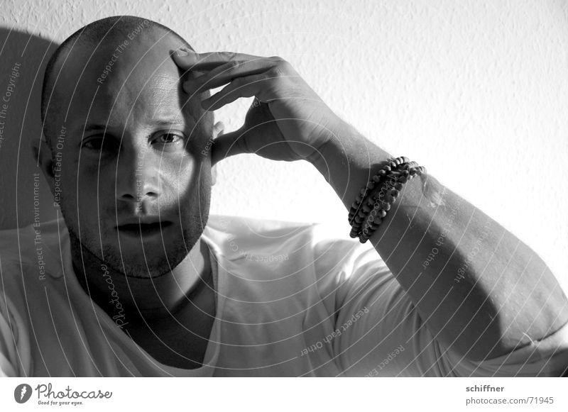 Draghar 4 Mann maskulin Denken Philosoph Stirn Glatze Licht Unterarm aufstützen Reihe nachdenken Schwarzweißfoto Kopf Gesicht Schatten Arme an die stirn fassen