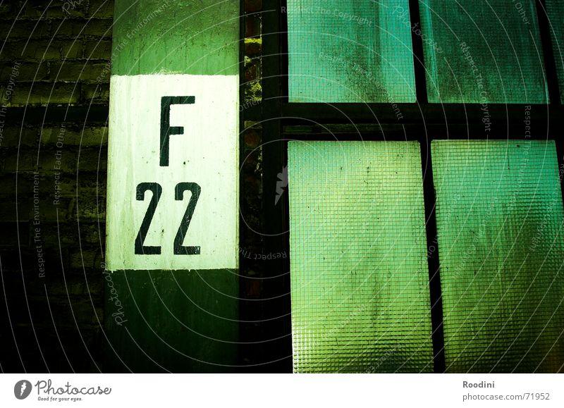 alles scharf alt Fenster Mauer Gebäude Schilder & Markierungen Industriefotografie Fabrik Ziffern & Zahlen Buchstaben Werkstatt schäbig Tiefenschärfe Blende