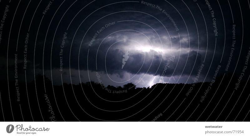 Unwetter/storm weiß Baum schwarz Wolken dunkel hell Kraft Elektrizität Blitze Spannung unruhig Ladung Donnern Naturgewalt