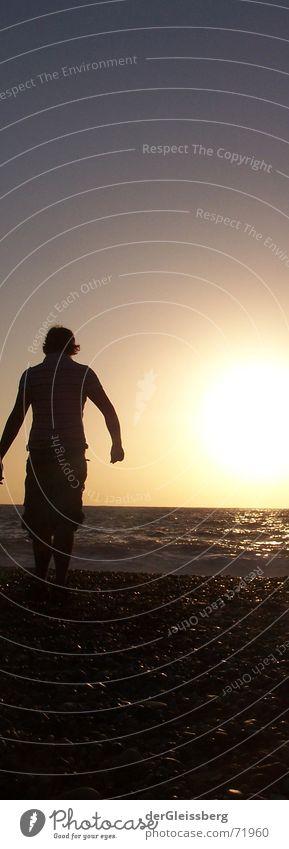 Walk into the sun.. entdecken See Meer Licht Gegenlicht dunkel Reflexion & Spiegelung Strand Vertrauen Sommer explore mancind Sonne hell blau Mensch Stein dark
