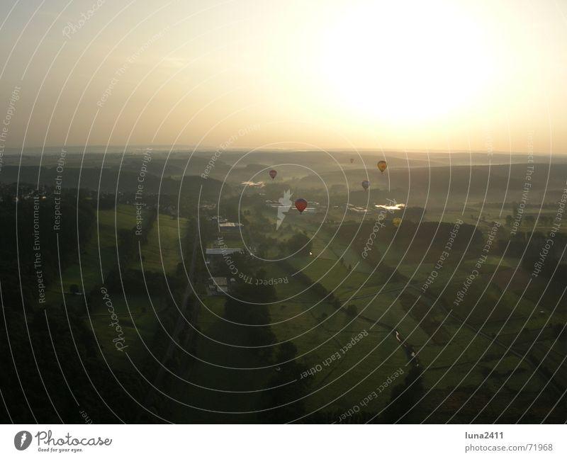 Ballonfahrt am Morgen 5 fahren Nebel Morgennebel Nebelbank Wiese Feld Licht Sonnenaufgang Landschaft Himmel Schönes Wetter Ballone