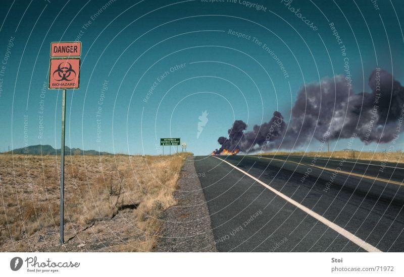 Danger Zone gefährlich Rauch Horizont bedrohlich bio hazard Brand Straße Wüste
