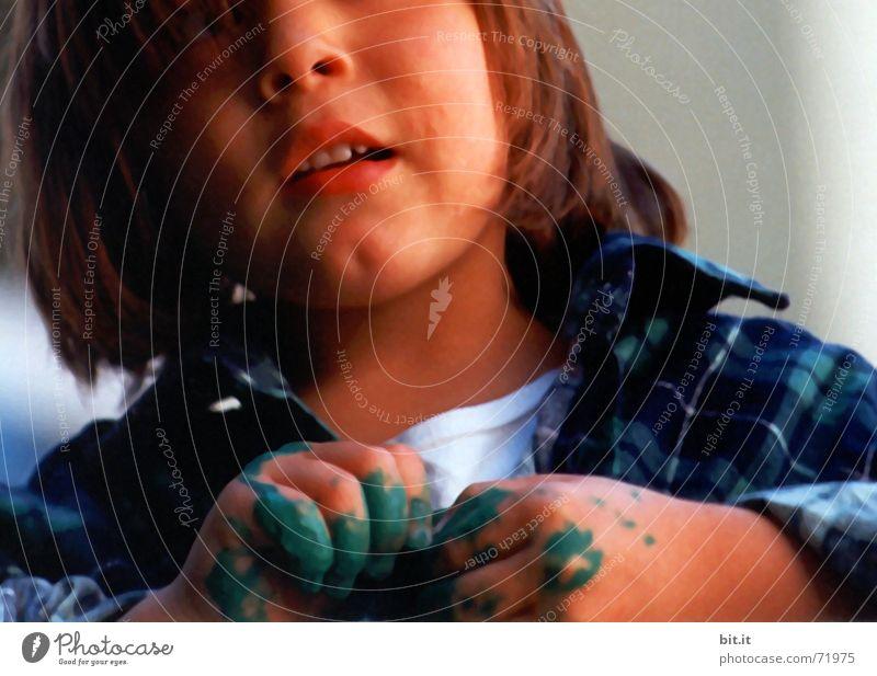 Wie komm ich hier wieder raus? Kind Farbe Hand ruhig Mädchen Freude Gesicht Leben Spielen Stimmung dreckig Zufriedenheit Kindheit Mund Bekleidung Fröhlichkeit