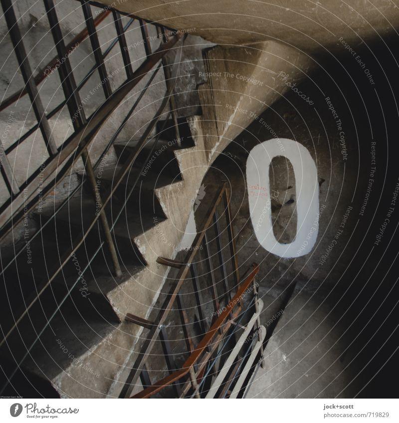 Etage 0 Treppenhaus Mauer Wand Geländer Schilder & Markierungen authentisch dreckig einfach groß hässlich trist unten grau Ordnungsliebe zurückhalten Beginn
