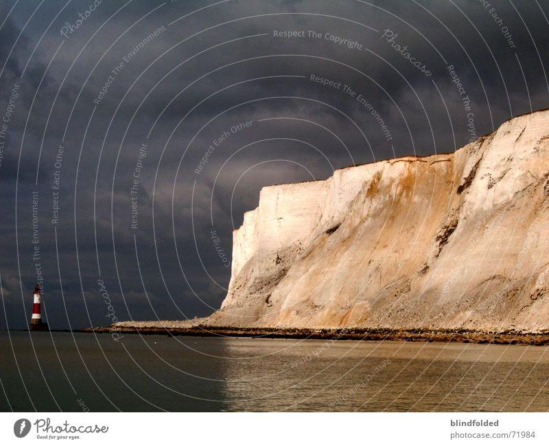 auf den regen wartend... Kalk Leuchtturm Sturm Meer Felsen Gewitter Wasser Traurigkeit