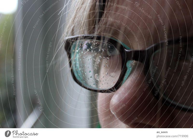 Durchblick Mensch Kind Wasser Mädchen Fenster Gesicht Umwelt Auge feminin Haare & Frisuren braun Wetter Regen Kindheit Klima authentisch