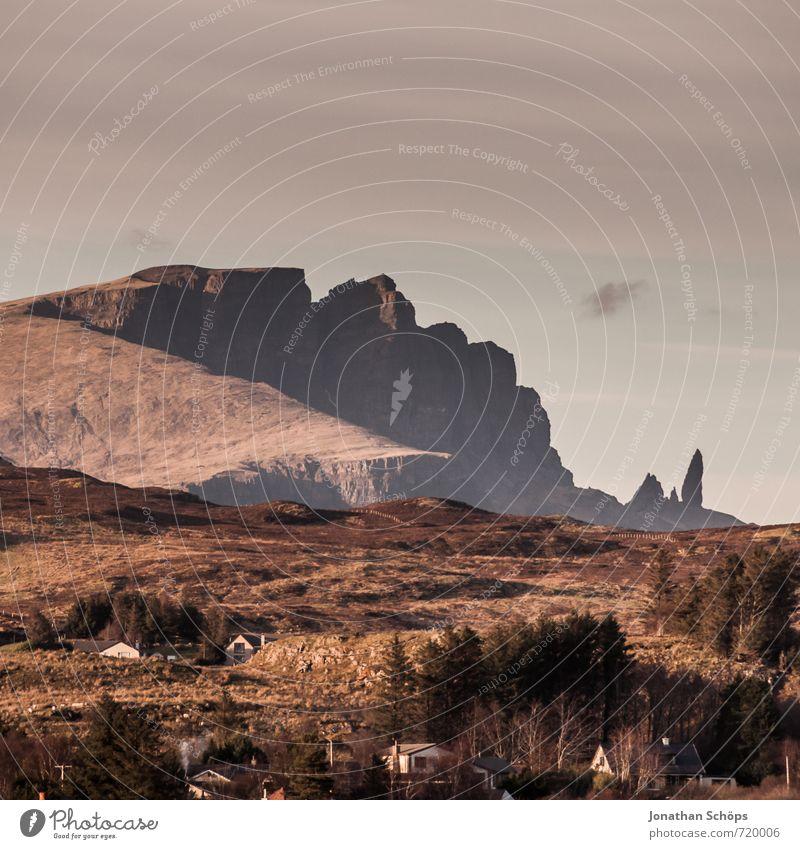 Old Man of Storr – da hinten rechts Himmel Natur Ferien & Urlaub & Reisen Baum Landschaft Ferne Berge u. Gebirge Reisefotografie Umwelt Tourismus braun Felsen
