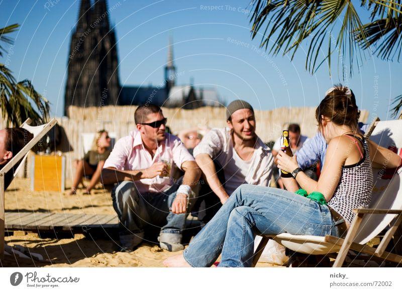 chilling aufm skybeach Mensch grün blau Stadt Pflanze Freude Strand Ferien & Urlaub & Reisen Erholung Alkohol Sand Freundschaft lustig trinken Kaufhaus Stuhl