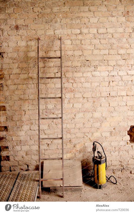 HALLE/S TOUR | Bauleiter und Wasserträger Haus Ruine Bauwerk Gebäude Architektur Mauer Wand Stein Sand Beton Metall stehen alt dreckig authentisch einfach retro