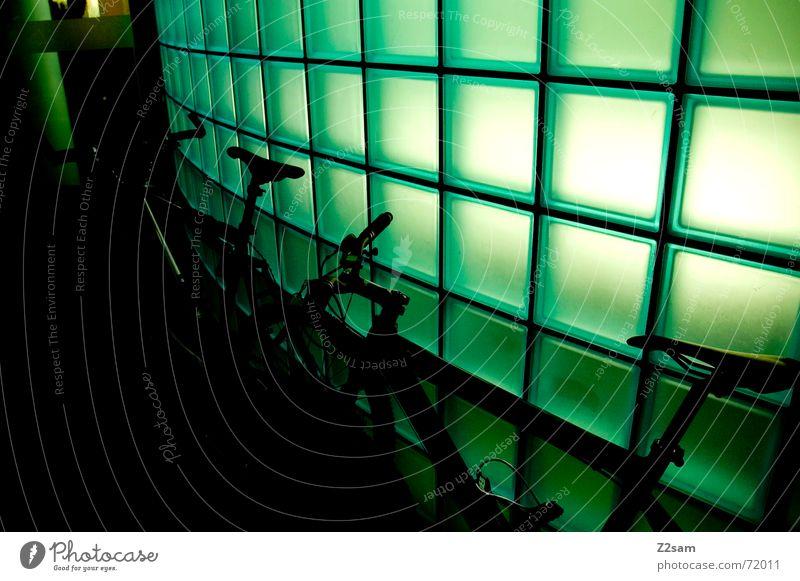 neonbikes Fahrrad Mountainbike stehen Pause Licht grün rund 2 light lightwall Stein Fensterscheibe Glas Bogen two Fahrradlenker