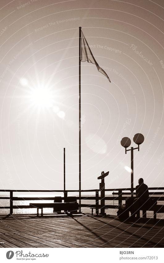 die achtelnote aka. punktlandung Mensch Himmel Wasser Meer Holz Lampe See Linie hell Ecke Bank Fahne Geländer Laterne Aussicht Steg