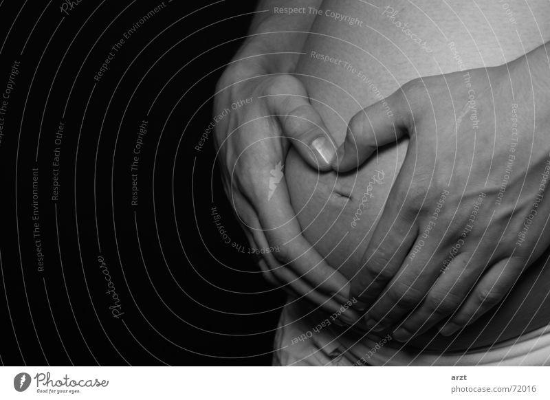 in erwartung schwanger Hand Babybauch Bauchnabel Mann Frau Umarmen Herz Schwarzweißfoto Paar Liebe Mutter