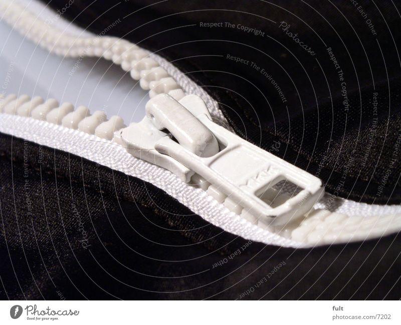 reißverschluss weiß schwarz Metall offen Bekleidung Stoff Dinge Badeanzug Schlaufe Reißverschluss Makroaufnahme