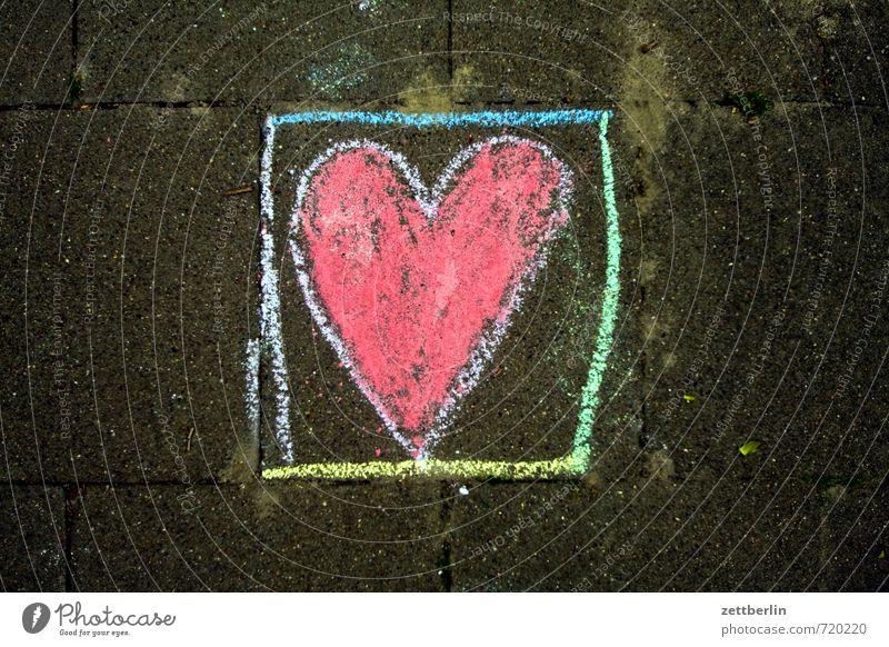 Herz Kreide pflastermalerei Liebe Romantik Frühlingsgefühle Liebeserklärung Kreidezeichnung Kinderzeichnung rot Kasten Kabäuschen Justizvollzugsanstalt gefangen