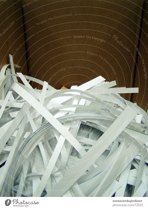 schnippelippel vernichten wichtig Papiermüll Schnitzel Schlag kaputt Müll unbrauchbar unleserlich Pappschachtel Streifen braun Haufen durcheinander chaotisch