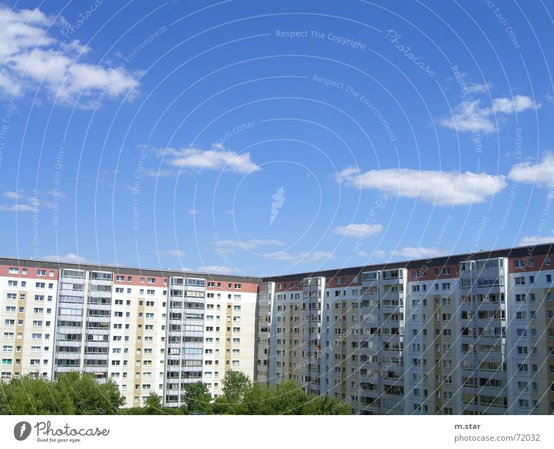 kein Ghetto Haus Plattenbau Wohnung Fenster Wohngebiet Himmel blau Berlin hohenschönhausen