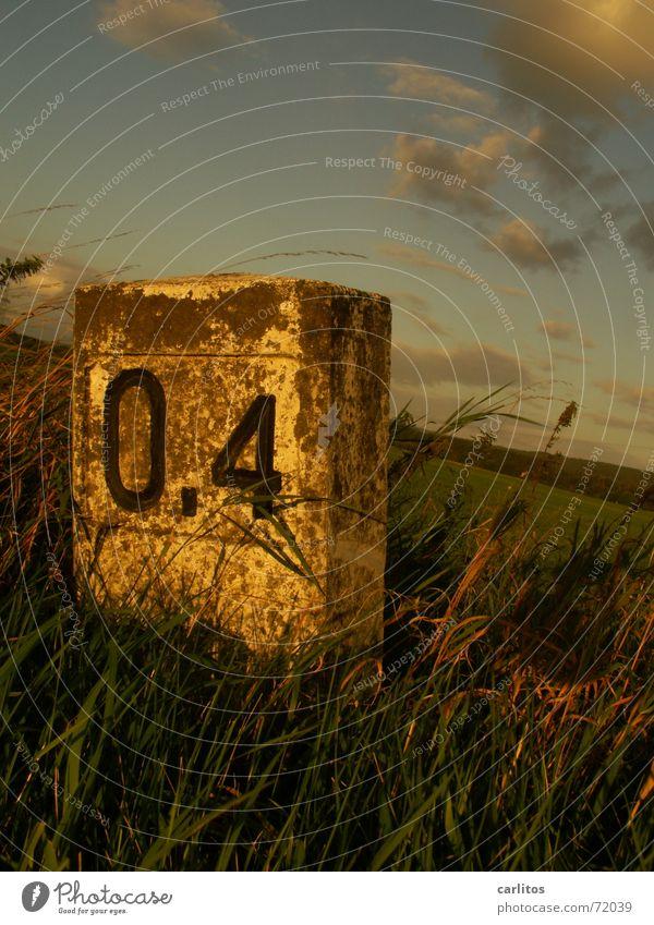 0,4 (die zweite) Kilometerstein Straßenrand krumm grenzstein Wege & Pfade Schilder & Markierungen grünstreifen alt zweiter aufguss Neigung