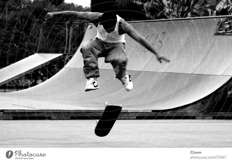 360 flip Kickflip Salto Skateboarding Stil springen Aktion Stunt Zufriedenheit Sport lässig beweglich Halfpipe Rampe Park Parkdeck free Funsport fly Coolness