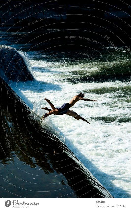 Isar Jumper III Wasser blau Sommer springen oben Bewegung 2 Zusammensein Fluss Niveau München Dynamik Bayern schreiten Gischt