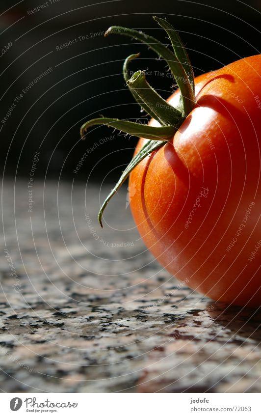 Tomate Stillleben rot grün schwarz grau Tisch Küche Granit Licht Sommer Gemüse tomato Biologische Landwirtschaft Bioprodukte demeter biologisch-dynamisch Stein