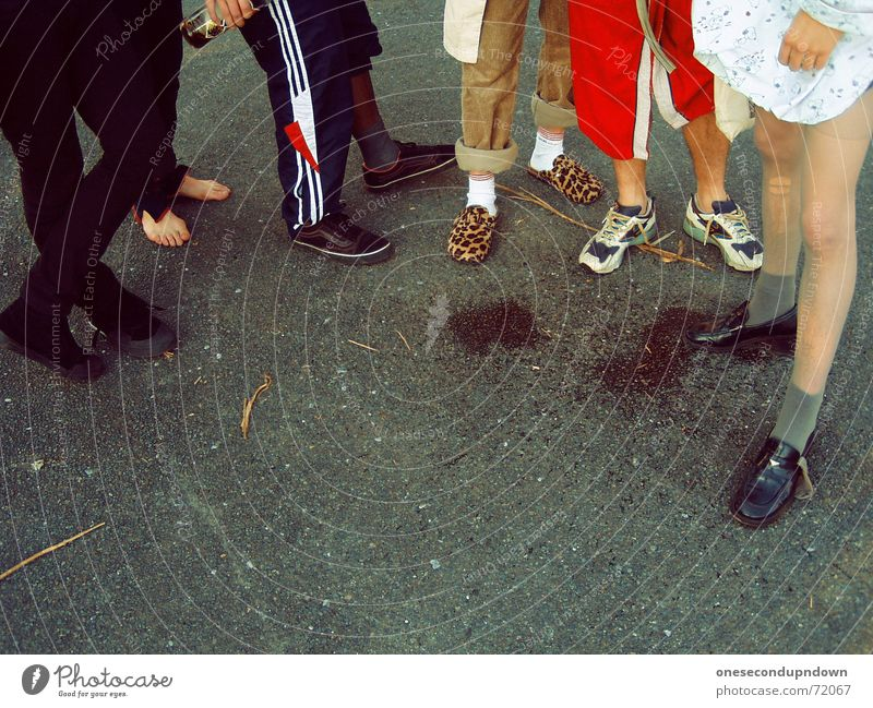 Schlonzen Beine Beton mehrere stehen Asphalt Strümpfe Strumpfhose Fleck Freak Obdachlose Barfuß Rock `n` Roll unsozial Schlappen Bademantel