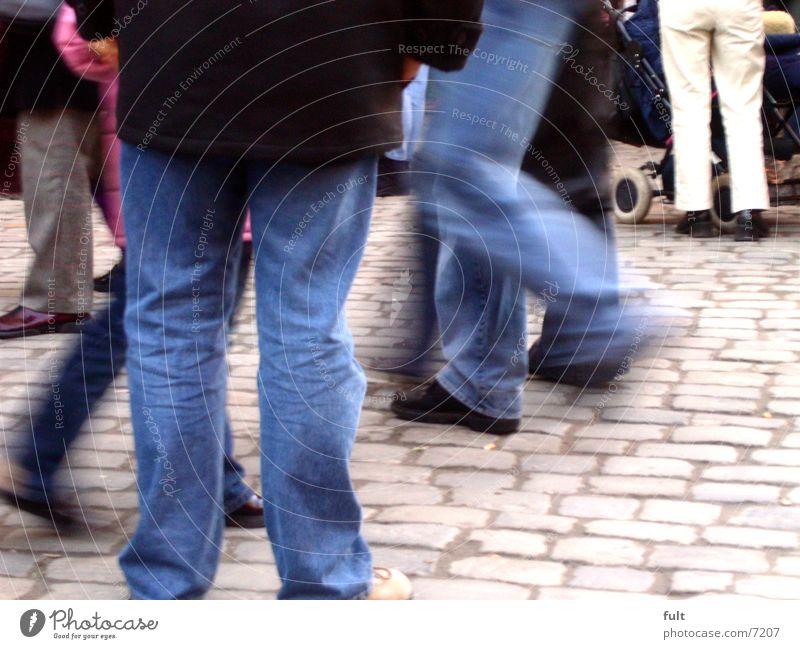 beine Mensch Stadt Bewegung Menschengruppe Wege & Pfade Schuhe Beine gehen laufen rennen Jeanshose Hose Jacke rückwärts Kinderwagen