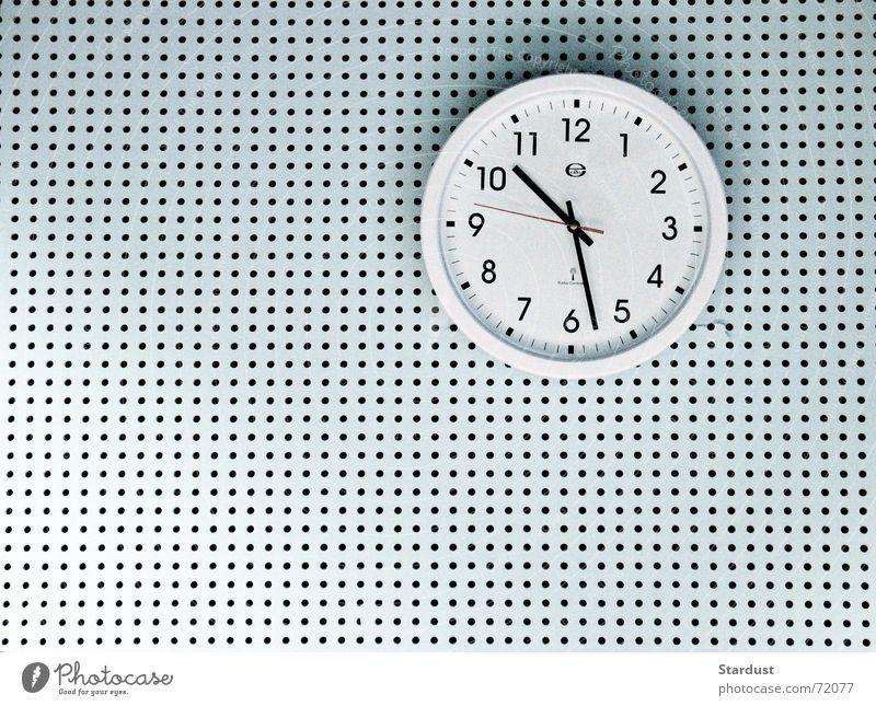 Zeitloch Uhr Wand Wanduhr Loch Uhrenzeiger Innenaufnahme Muster Strukturen & Formen Textfreiraum links Textfreiraum unten Kunstlicht Zentralperspektive