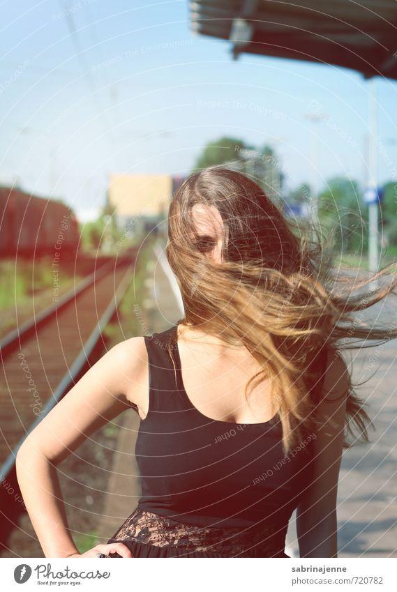 blown Mensch Frau Jugendliche Junge Frau 18-30 Jahre Erwachsene feminin Haare & Frisuren Wind wild authentisch Coolness Kleid brünett langhaarig anonym