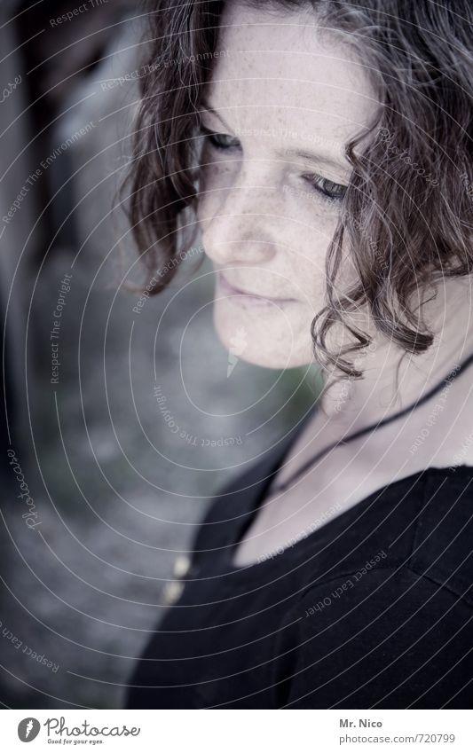 einfach schön Lifestyle Wohlgefühl Zufriedenheit Erholung feminin Frau Erwachsene Haare & Frisuren Gesicht 1 Mensch 30-45 Jahre langhaarig Locken beobachten