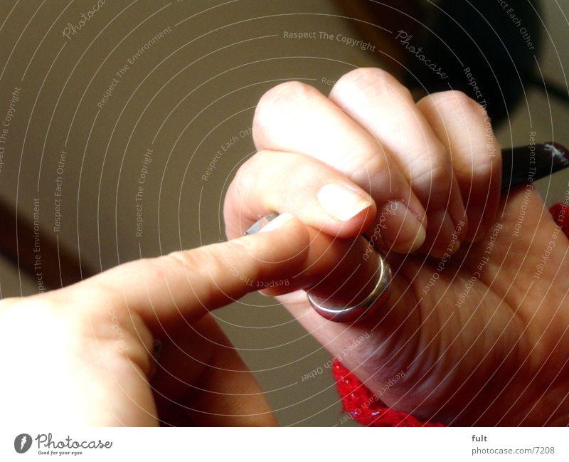 fein machen Frau Mensch Hand schön Arbeit & Erwerbstätigkeit Bewegung Haut Finger Kreis Aktion Sauberkeit Körperpflege Pullover Fingernagel Zeigefinger Maniküre