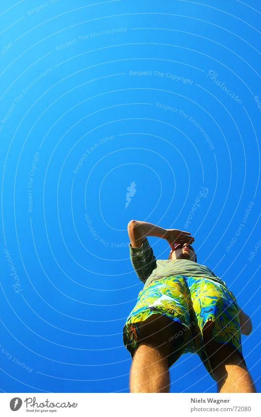 Wo gehts nach Hawaii? Aussicht Blick Hose Froschperspektive Himmel Mensch Beine Arme blau Wind